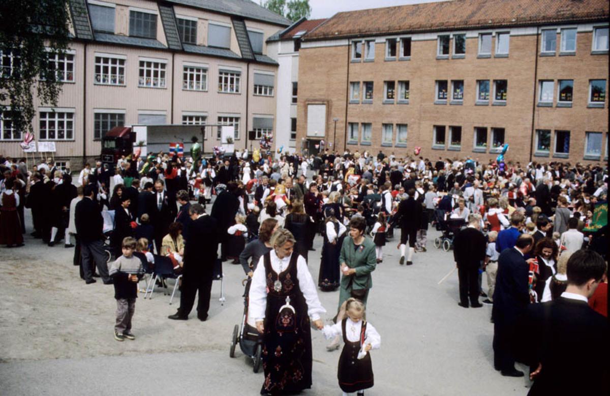 17. mai - feiring på Sagdalen skole. Menneskemengde på skoleplassen