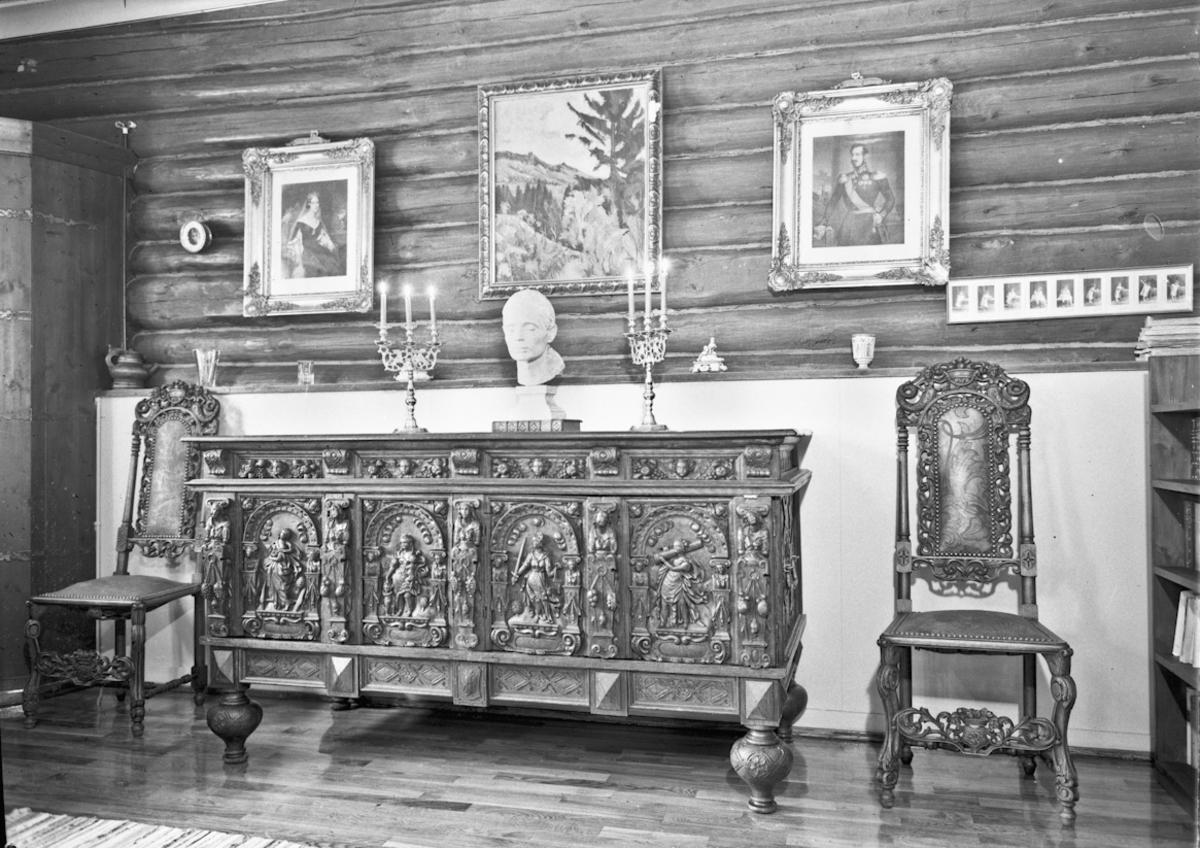 Møbler - stoler og skap.