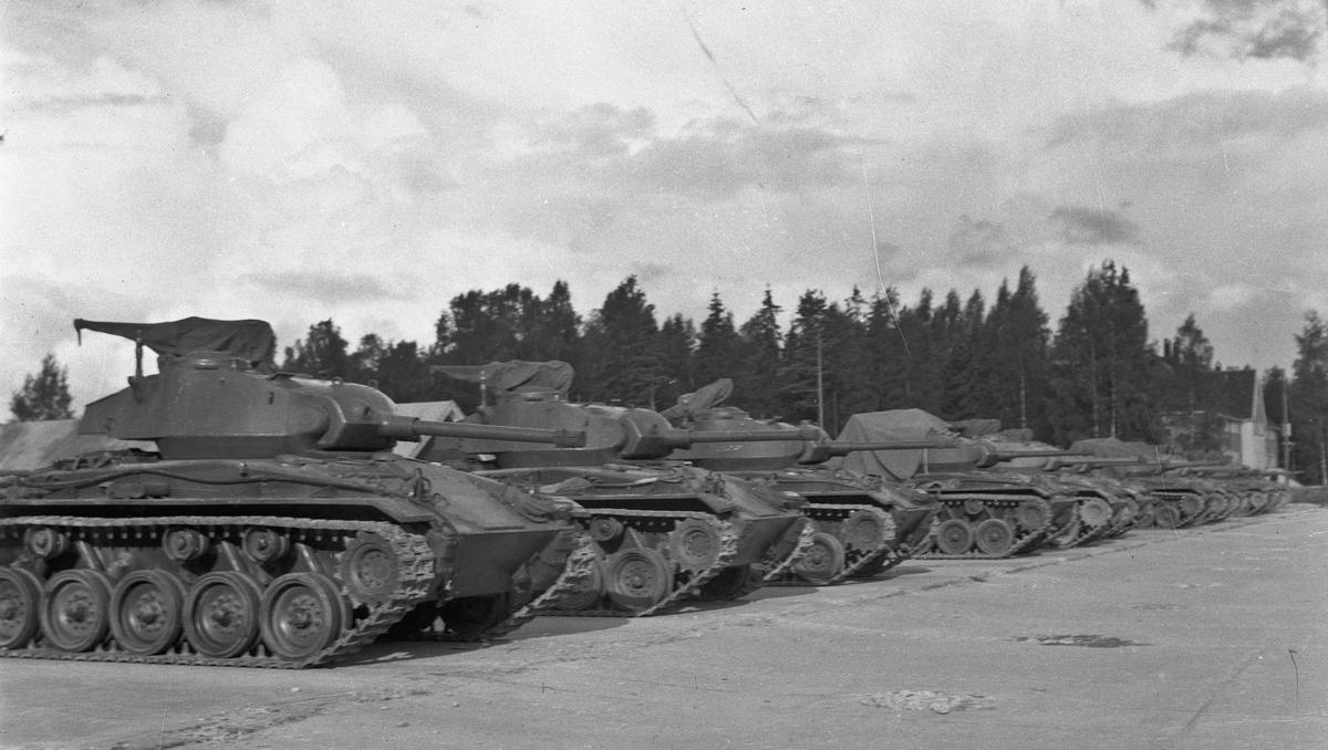 Stridsvogner. Sedsvoll eller Trandum. Ser ut som M24 Chaffee stridsvogner.