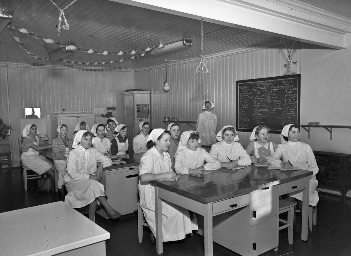 """Bjerkely Ungdomsskole. Jenter på skolekjøkken. Oppskrifter på """"Kalv i karri"""", """"Surmelksgelé"""", """"Stekeskjell"""", """"Flatbrød"""", """"Sursild"""", """"Hveteboller"""" og """"Vaniljesaus""""."""