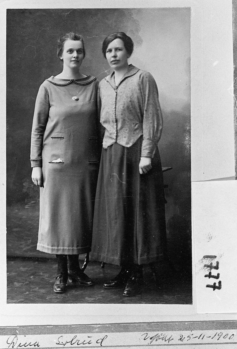 Dina Solrud (1900-1973) til venstre.