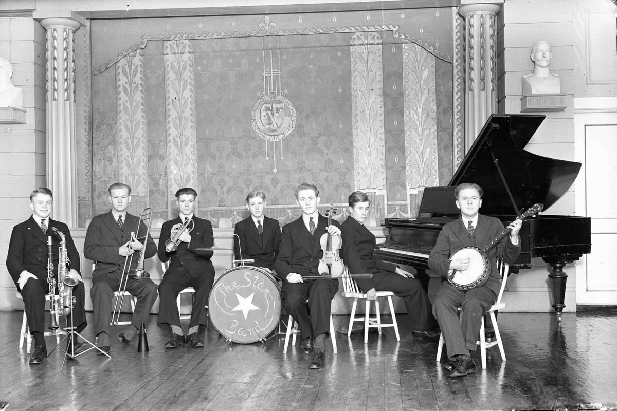 The Star Band. Nr. 2 fra v.: Stav. Nr. 3 fra v.: Sigurd Pettersen. Nr. 5 fra v.: Hedløv. Helt til høyre: Stav. Bilde tatt etter krigen.