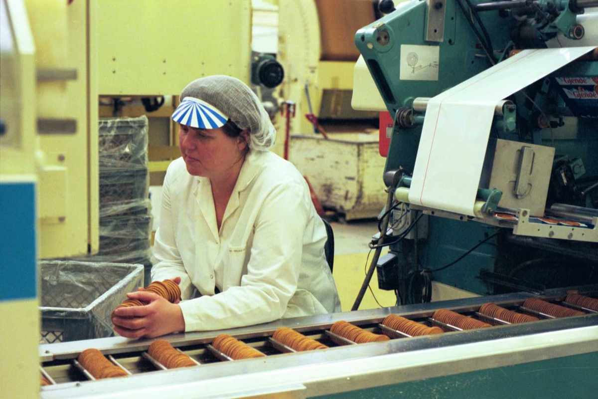Gjendekjeks, arbeider, arbeidstøy, arbeidsmiljø, emballasje, fabrikkmiljø