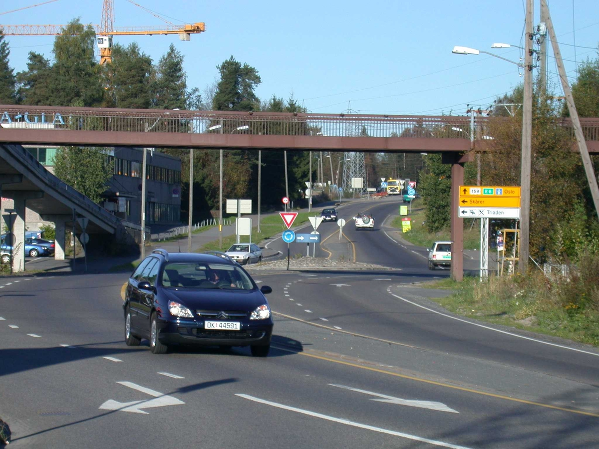 Bil i Solheimsveien.  Solheimskrysset i bakgrunnen. Fotovinkel: V