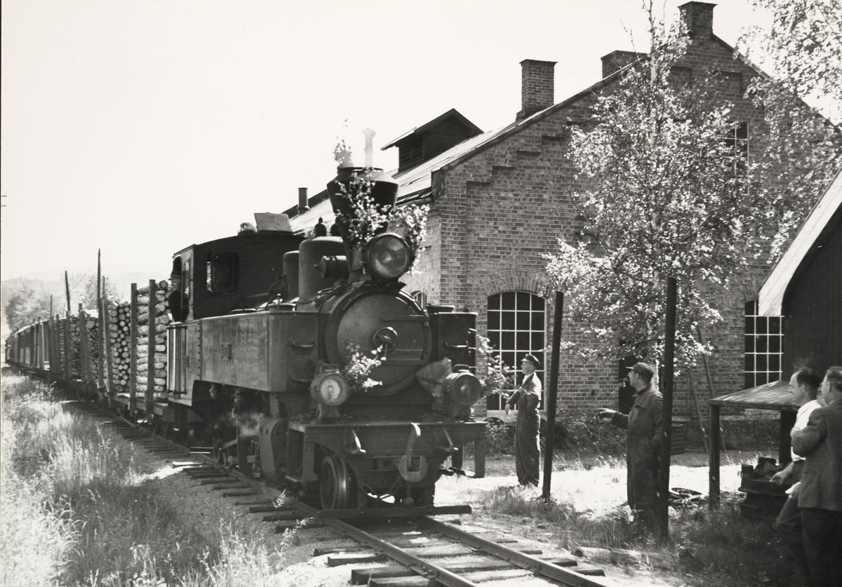 Tog til Skulerud passerer lokomotivstallen på Bjørkelangen.