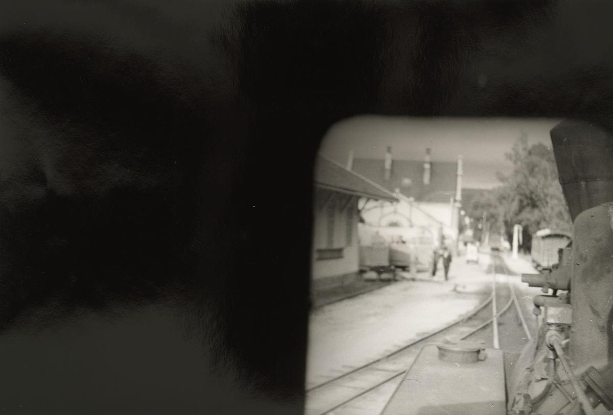 Toget kjører inn på Sørumsand stasjon. Utsikt fra fyrbøterplassen.