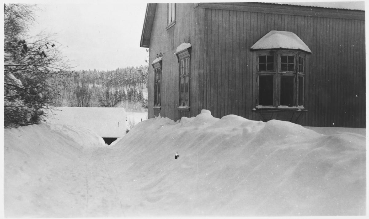 Overkonduktør Henry J. Danielsens bolig i Villavegen 6 på Bjørkelangen. Driftsbestyrerboligen Bergan i bakgrunnen.
