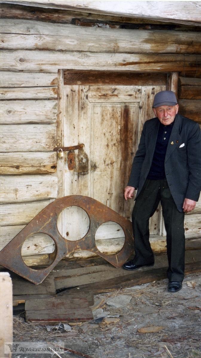 Ved stabburet på Kylling..Med den gamle årehella som stod i grua i midtre stua på garden..Fredrik O Kylling gav den til Romsdalsmuseet i 2002.