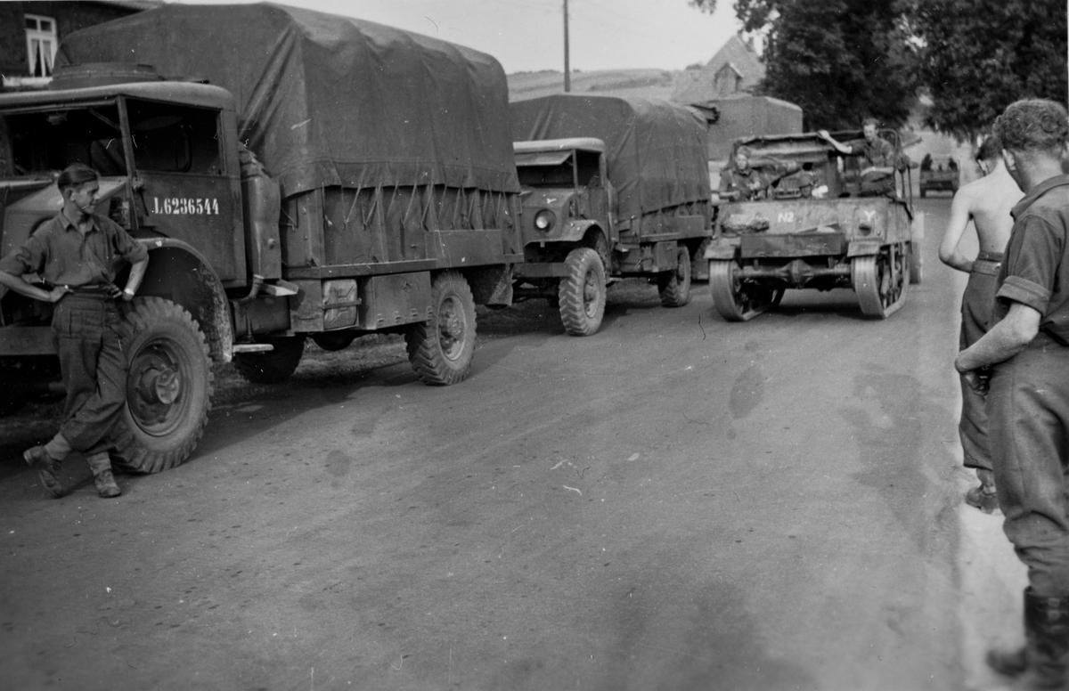 Kjøretøykolonne bestående av Tysklandsbrigadens lastebiler.