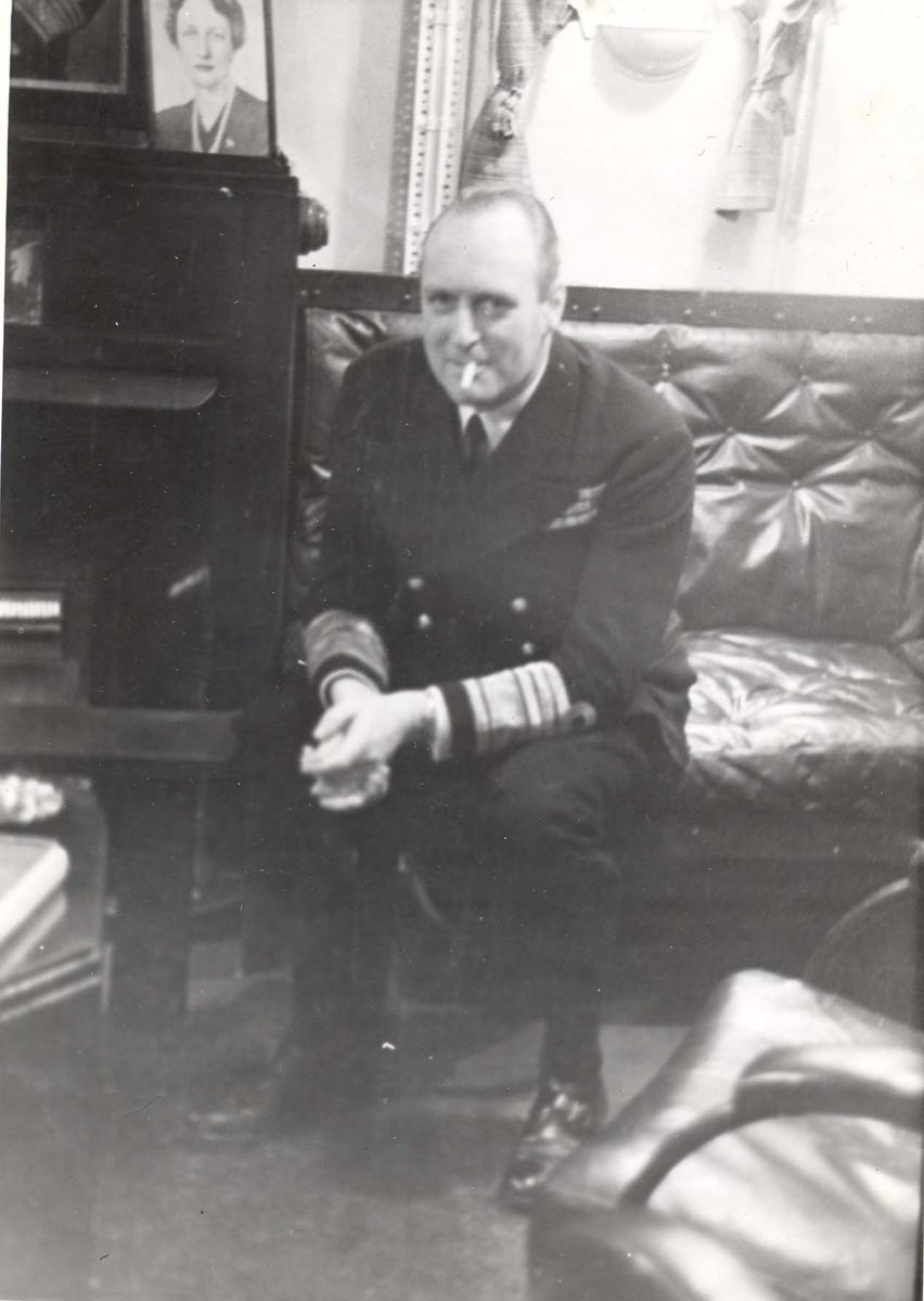 """Jageren """"Stord"""".  HM Kong Haakon VII. på inspeksjon under 2. VK. HKH Kronprins Olav i messa ved siden av bildet av HKH Kronprinsesse Märtha"""