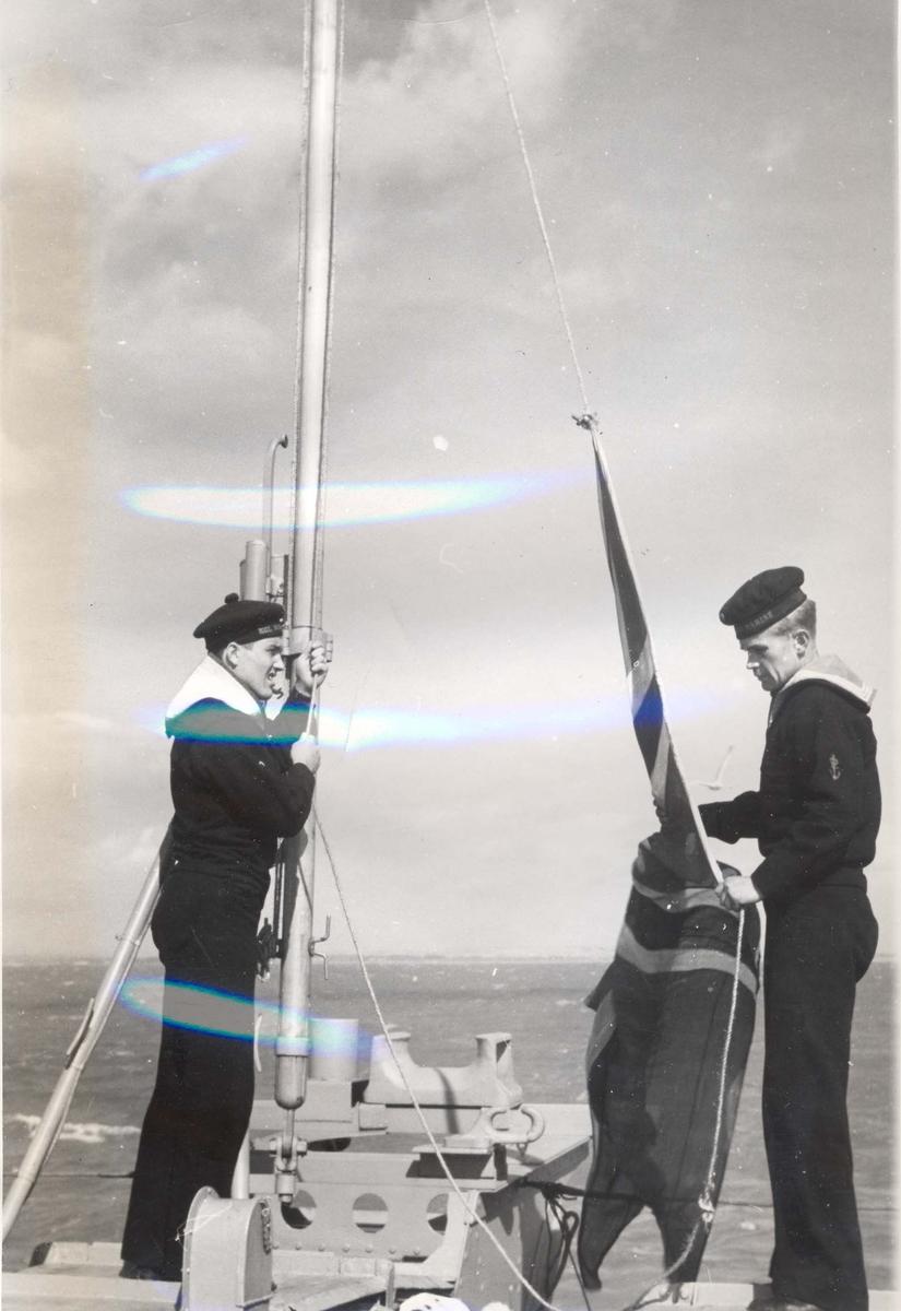 """Jageren """"Stord"""" blir overtatt av Den Norske Marine, 26.august 1943. Gastene er klare til å heise flagget"""