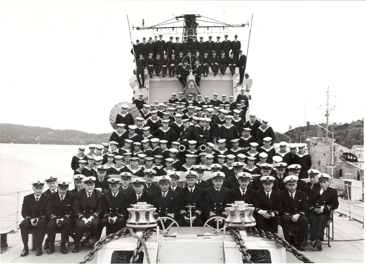 Besetningen KNM Tromsø fotografert 2/6-65.