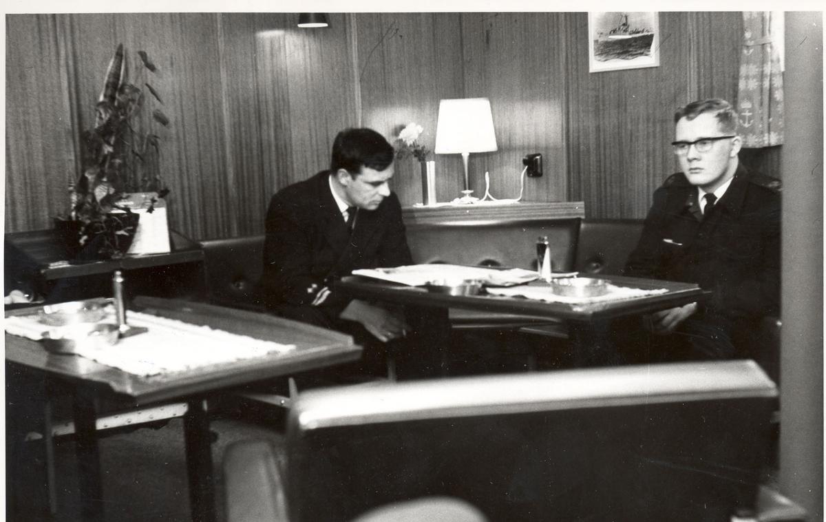 """Tjueen foto fra fregatten KNM """"Oslo"""" under tjeneste vinteren 1967 i Nord-Norge. Livet om bord. Signalør, flkvm Jan Olufsen, stuert u/kvm navn ukjent"""