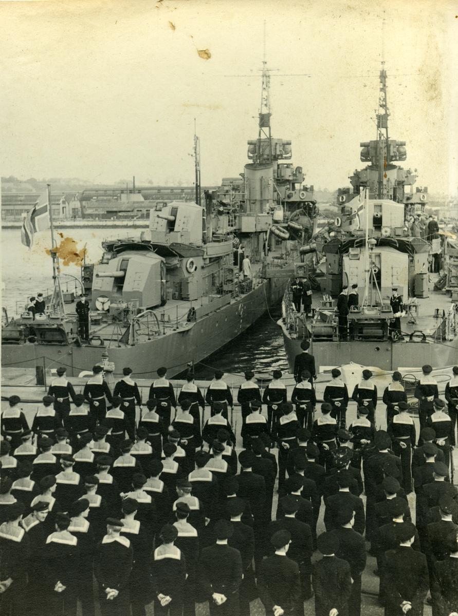 "Flagget heises på KNM ""Stavanger"" og KNM ""Trondheim"" ved overtakelsen i Chatham 10/10 1946."